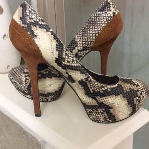 Gorgeous H by Halston snake skin pumps